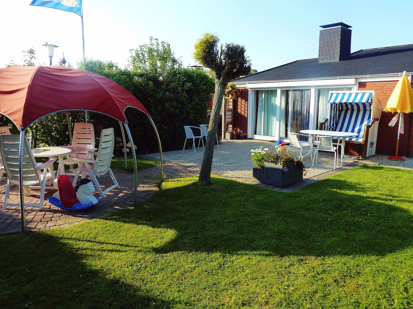 Garten mit großer Südterrasse zum Ferienhaus Kolks Huus Besanweg 9 in Neuharlingersiel