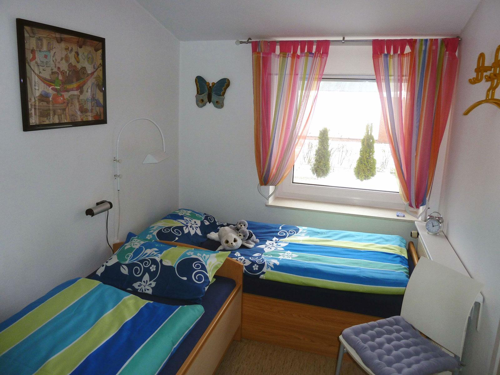 Kinderzimmer im Ferienhaus Kolks Huus Besanweg 9 in Neuharlingersiel mit Rolläden und Insektenschutz, Bequemes Wohnen mit 2 Schlafzimmern