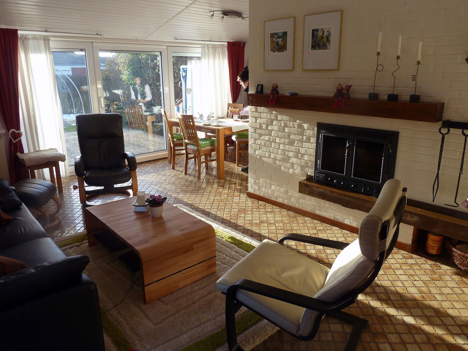 Offenes und helles Wohnzimmer mit Kamin im Ferienhaus Kolks Huus Besanweg 9 in Neuharlingersiel