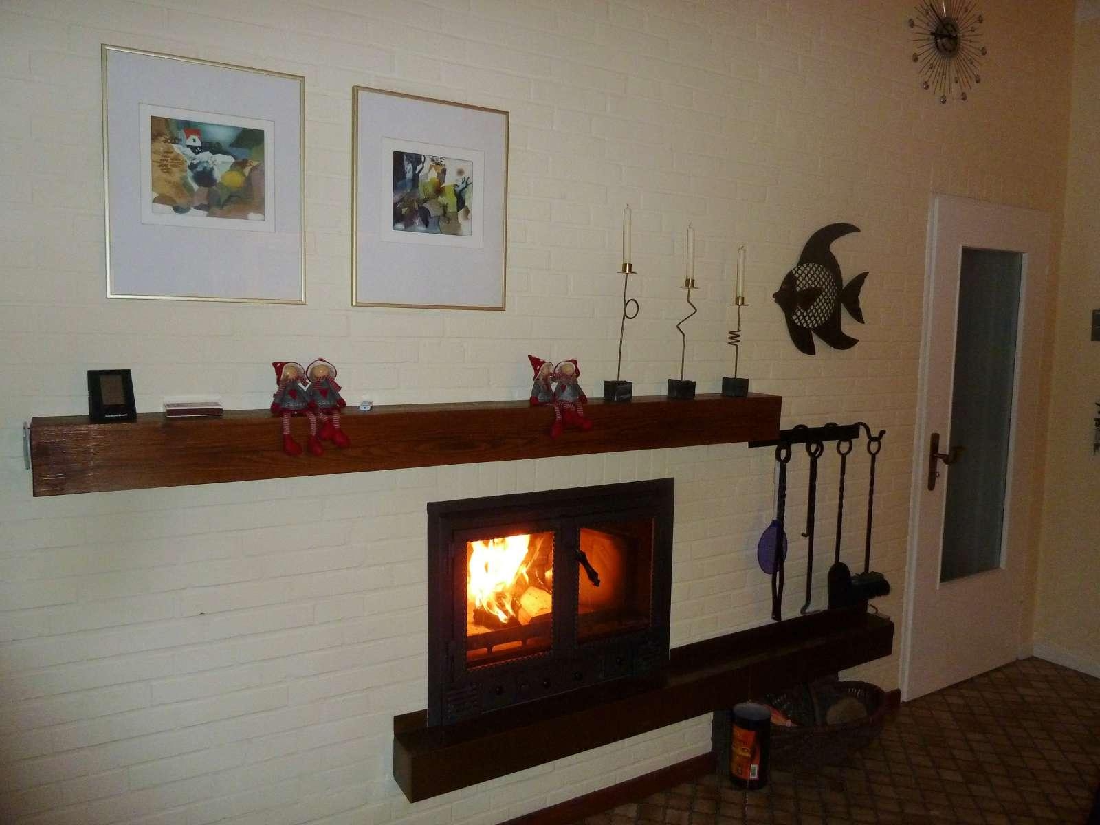 Helles Wohnzimmer mit Kamin im Ferienhaus Kolks Huus Besanweg 9 in Neuharlingersiel