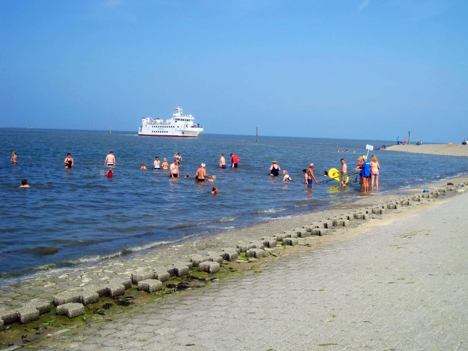 Schwimmen in Harlesiel am Strand